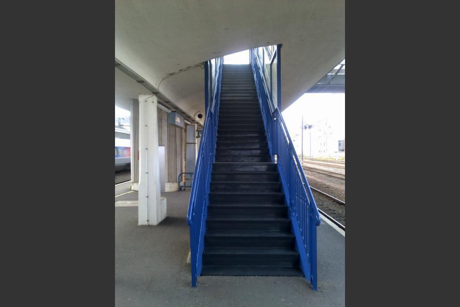 RENOVATION D'UNE PASSERELLE SNCF A LAVAL - TRAITEMENTS DES GARDE CORPS METALLIQUES ET DES ESCALIERS